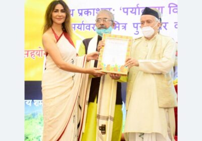 "Dr. Shagun Gupta receives ""Change Maker"" Award from the Governor of Maharashtra Bhagat Singh Koshyari"